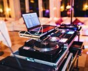 night-fun-music-party-laptop-celebrate-disco-dance-floor-dj-disco-lights_t20_29EQe8